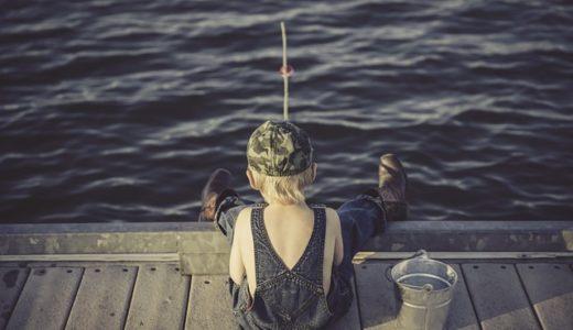 【フリーBGM】海で釣りをする帽子を被った男の子/ほのぼのとした日常サウンド